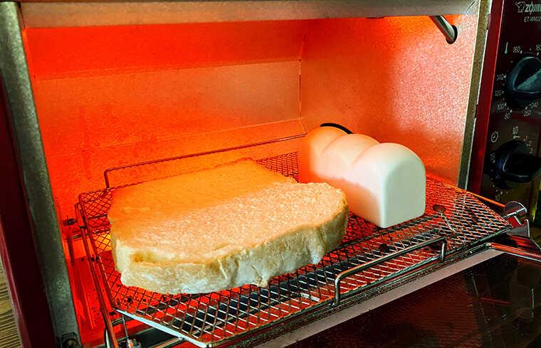 トーストスチーマーでパンを焼く画像